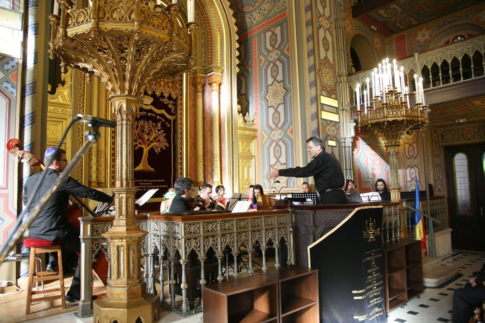 Il direttore Vincent Grüger dirige la Camerata Elite [Foto: Federația Comunităților Evreiești din România]